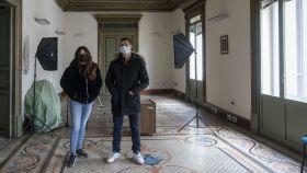 Silvia y Fermín, integrantes del Frente Obrero, en la sala noble del edificio 'okupado' a Mónica Oltra.