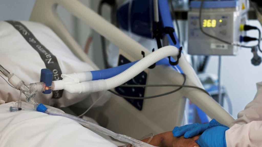Una enfermera de la UCI del Complejo Hospitalario de Navarra atiende a un paciente ingresado en la Unidad de Cuidados Intensivos. EFE / Jesús Diges.