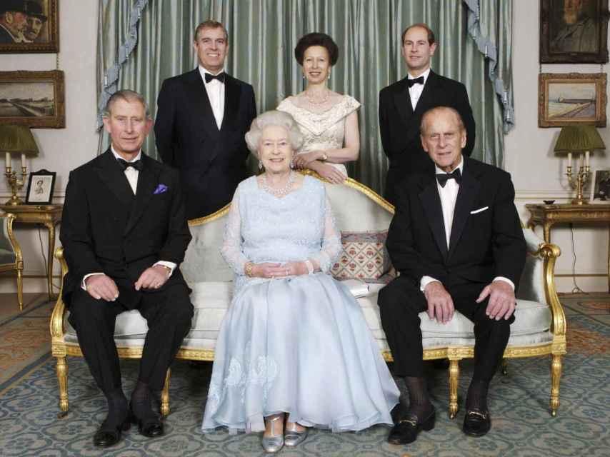 El duque de Edimburgo y la reina Isabel junto a sus cuatro hijos.