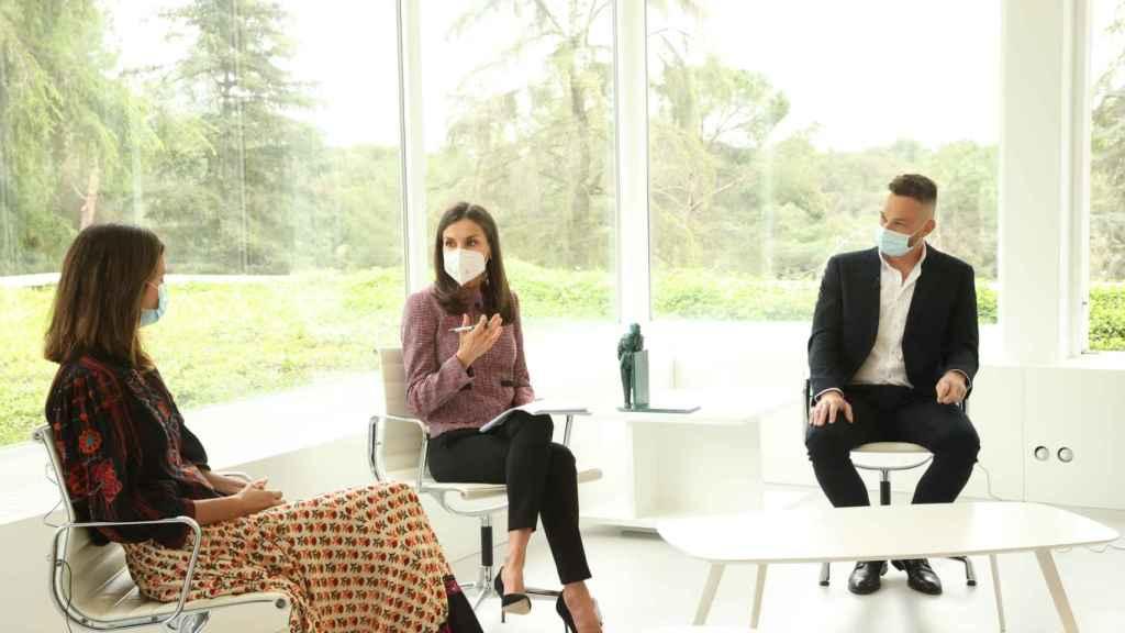 Letizia, en una reunión en Zarzuela, con un 'look' de pantalones y tacones.