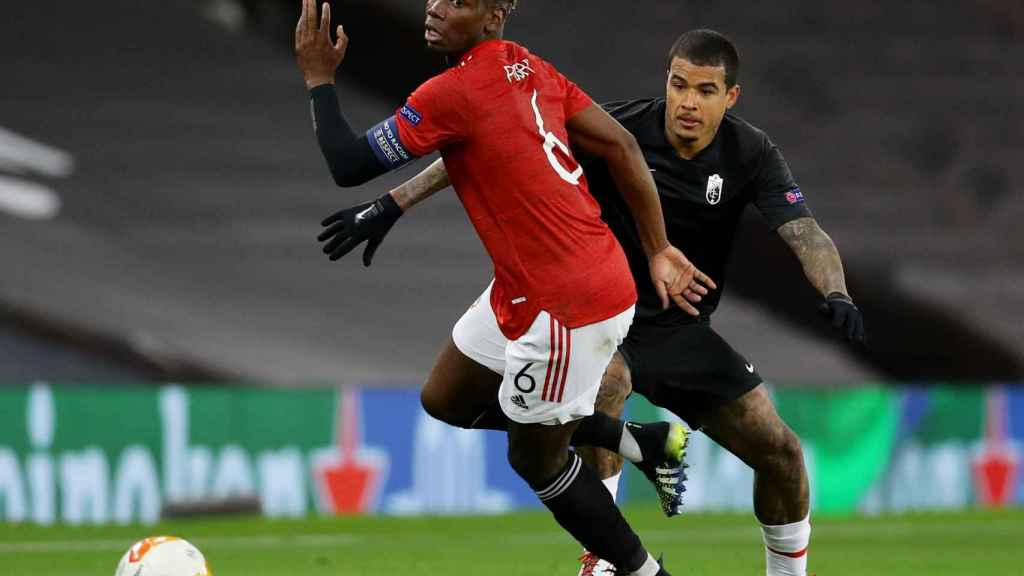 Pogba conduce un balón en un partido con el Manchester United