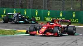 Carlos Sainz rueda por delante de Bottas en Imola