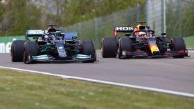 Verstappen y Hamilton pelean por la posición en Imola