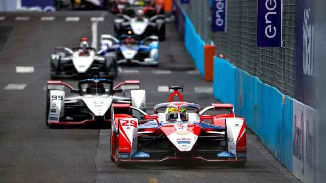 Coches de la Fórmula E compitiendo en el Gran Premio de Roma