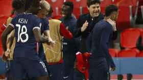 Pochettino abrazándose a Neymar