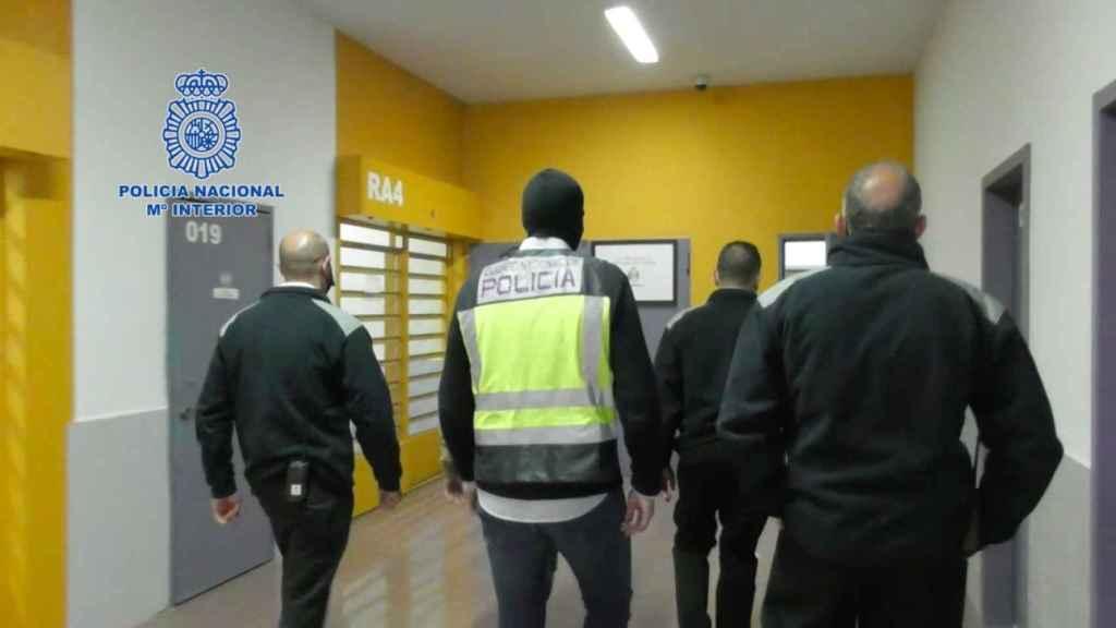 La Policía Nacional, en la detención practicada hace un mes de un yihadista en prisión.