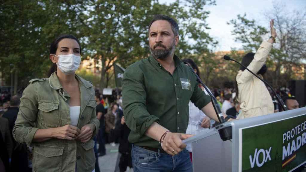 Rocío Monasterio y Santiago Abascal en el mitin de Vox en Vallecas.
