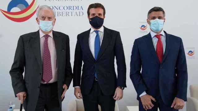 Pablo Casado junto a Mario Vargas Llosa y Leopoldo López.