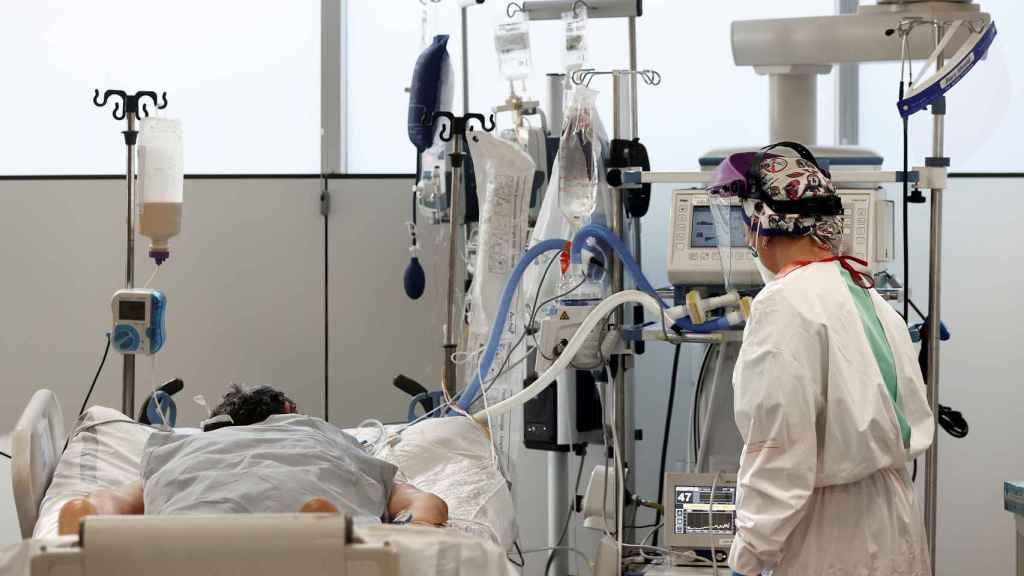 Una enfermera de la UCI del Complejo Hospitalario de Navarra atiende a un paciente ingresado en la Unidad de Cuidados Intensivos.
