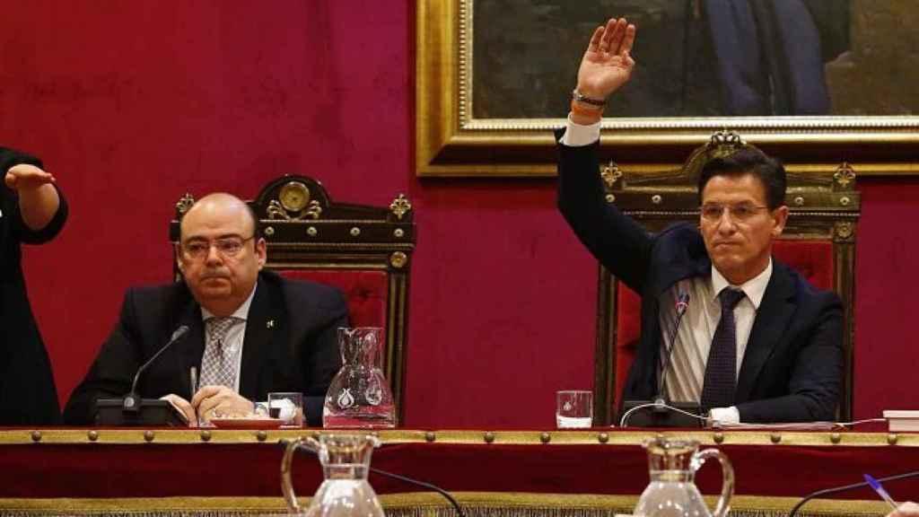 El alcalde de Granada, Luis Salvador, y el concejal del PP, Sebastián Pérez, en una imagen de archivo.