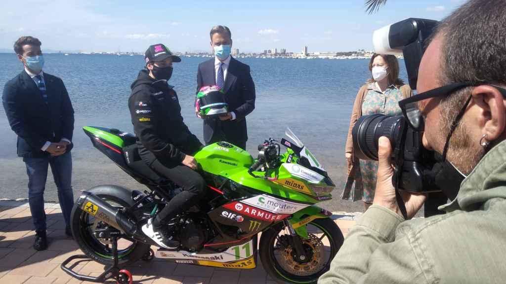 Ana Carrasco, campeona del mundo de la categoría Supersport 300, lucirá en su moto la marca turística Costa Cálida.