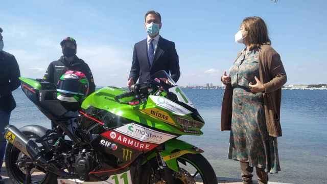 Ana Carrasco, campeona del mundo de motociclismo en la categoría de Superbikes Supersport 300, lucirá en su moto el logotipo  turístico de la Región de Murcia: la marca Costa Cálida.