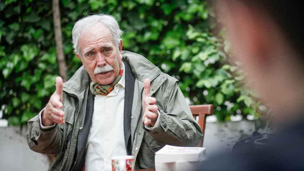 El escritor Antonio Pérez Henares conversa con EL ESPAÑOL en el jardín de su casa.