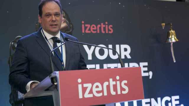 El presidente de Izertis, Pablo Martín, en el toque de su campana por el debut de la compañía.