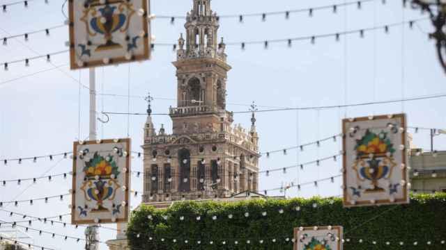 La Giralda de Sevilla e iluminación feriante.