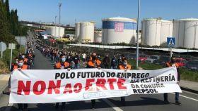 Más de 300 personas se movilizan en A Coruña en rechazo al ERTE en la refinería de Repsol