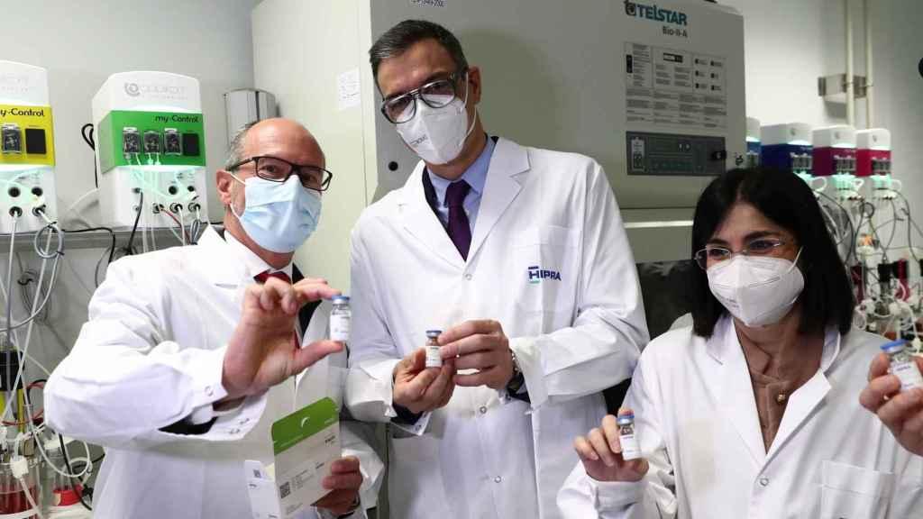 David Nogareda, CEO de Hipra; Pedro Sánchez, presidente del Gobierno, y Carolina Darias, ministra de Sanidad.