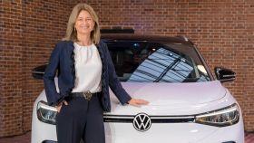 Laura Ros, directora de Volkswagen en España, junto con el eléctrico ID.4.