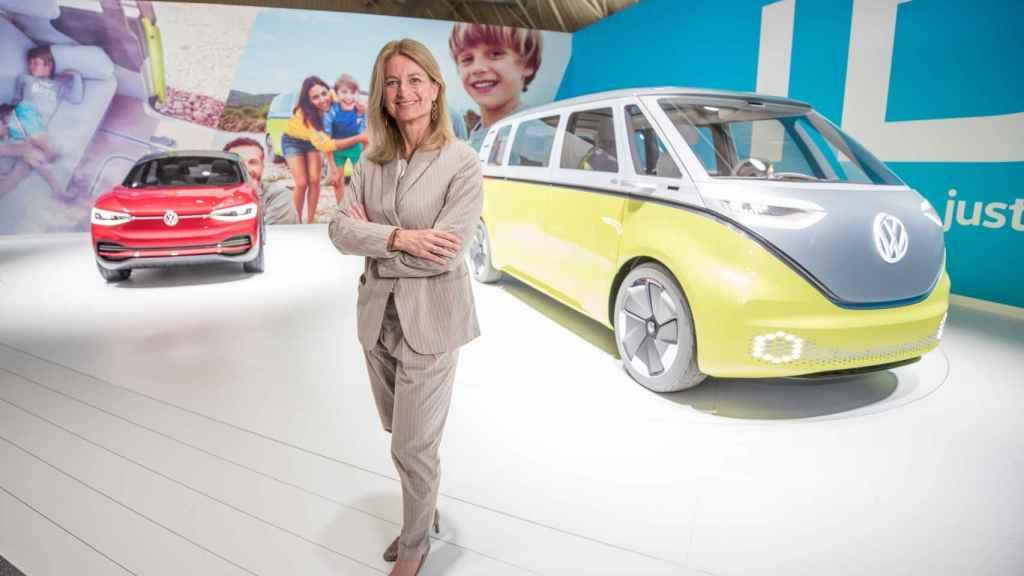Laura Ros junto a modelos eléctricos presentados por Volkswagen.