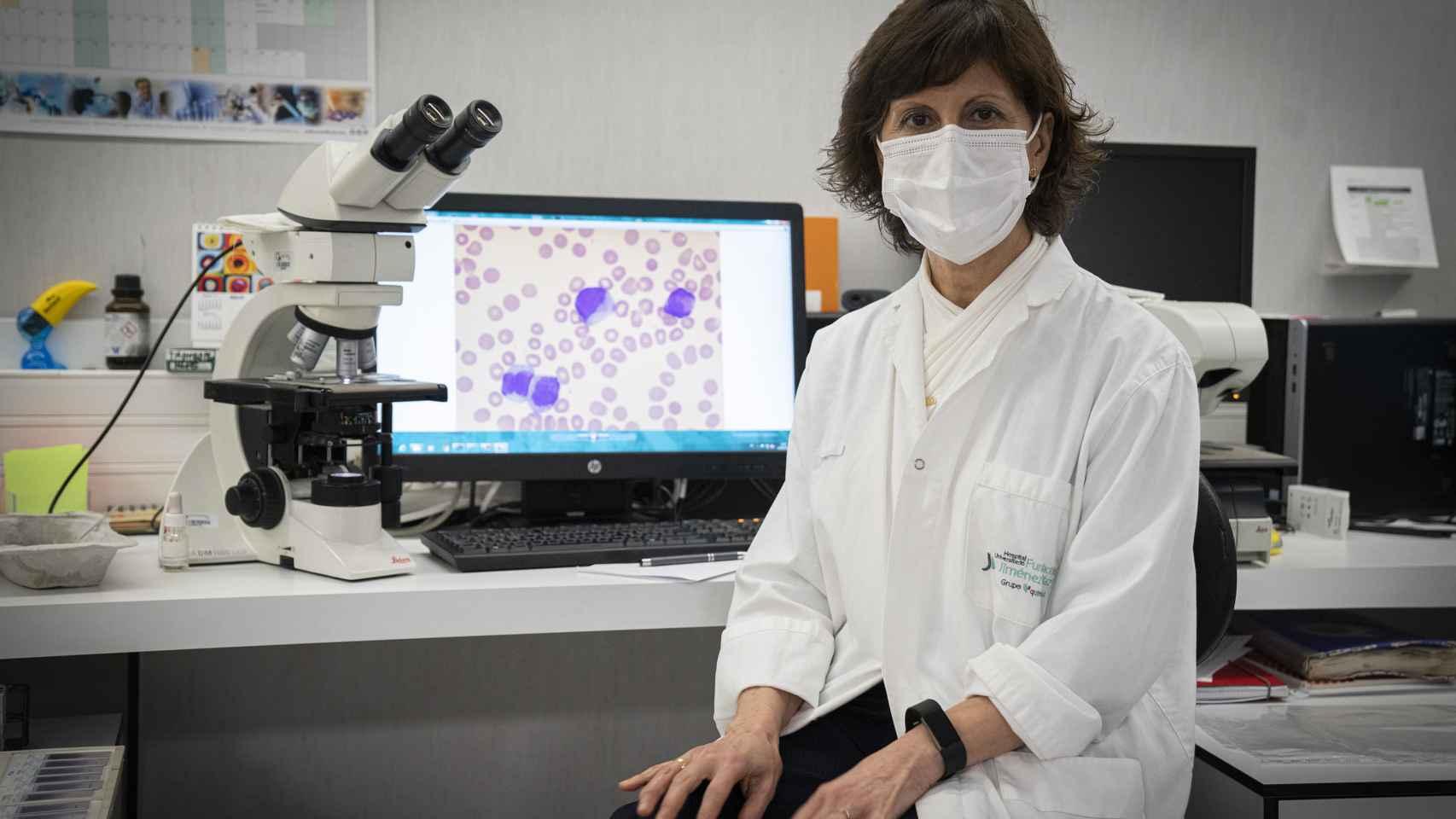 Pilar Llamas, la hematóloga jefa de cuatro hospitales, en el laboratorio de la Fundación Jiménez Díaz.