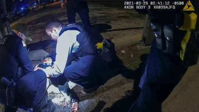 Captura de la acción policial contra Adam Toledo, de 13 años, en Chicago.