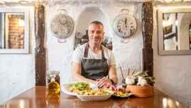 El chef Juan Pozuelo junto a sus tres platos.