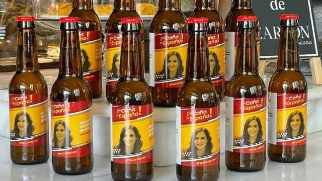 Las cervezas tienen la cara de Ayuso en la etiqueta.