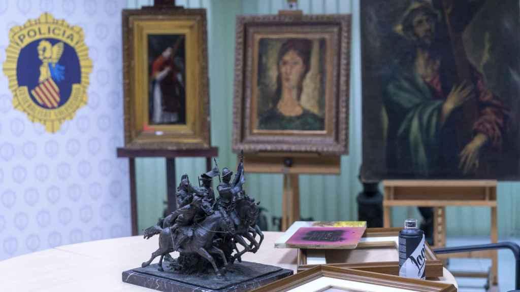 Un Goya, un Modigliani y un Greco falsos recién incautados. En la mesa, una escultura falsificada de Mariano Benlliure.
