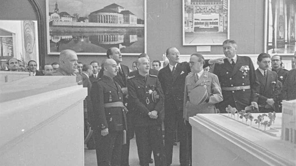 Franco visitando una exposición de arquitectura en el Retiro junto a Serrano Suñer y el embajador alemán Eberhard von Stohrer.