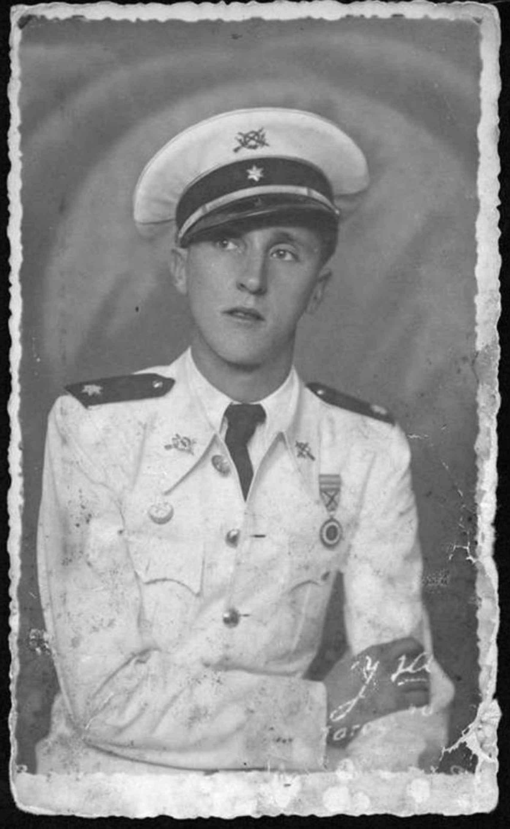 Manuel Mena, el tío abuelo falangista de Javier Cercas.