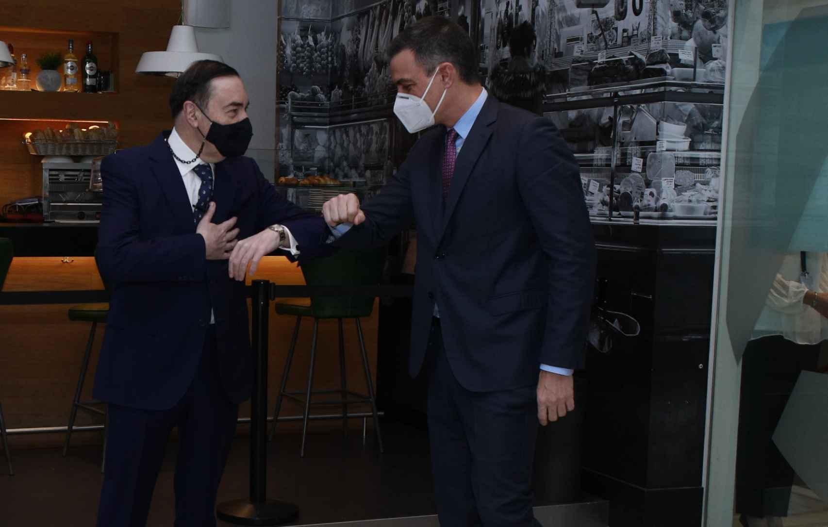 Pedro J. Ramírez, presidente ejecutivo y director de EL ESPAÑOL saluda al presidente del Gobierno, Pedro Sánchez.