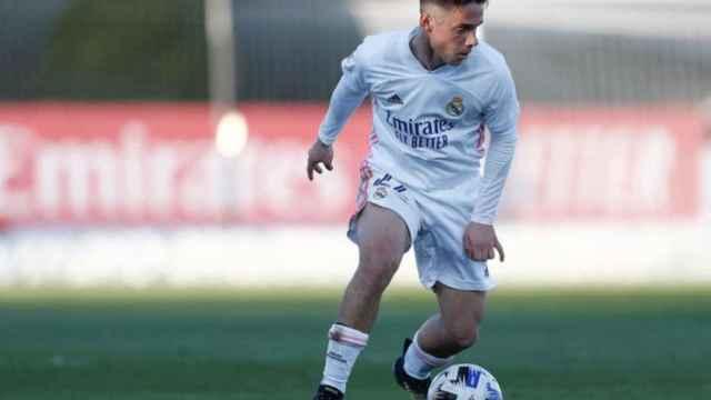 Arribas controla un balón durante un partido del Real Madrid Castilla