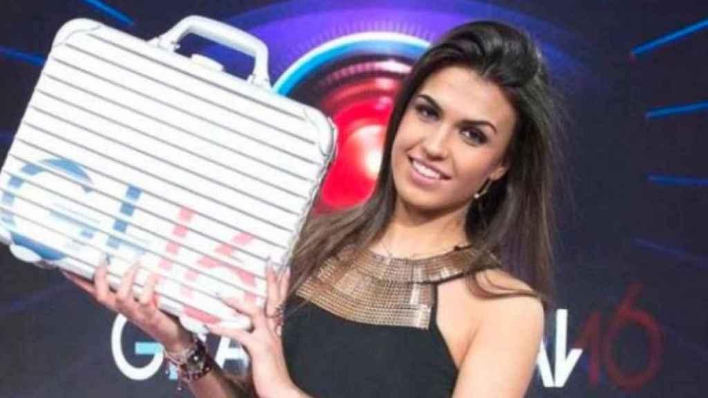 Sofía Suescun con el maletín de ganadora de 'GH 16'