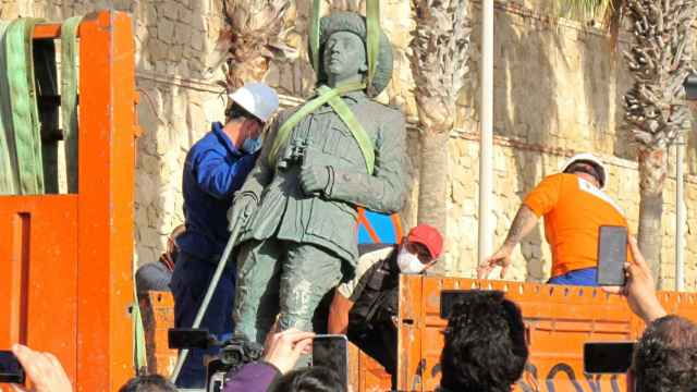 Imagen de la retirada de la estatua de Franco en Melilla el pasado 23 de febrero./