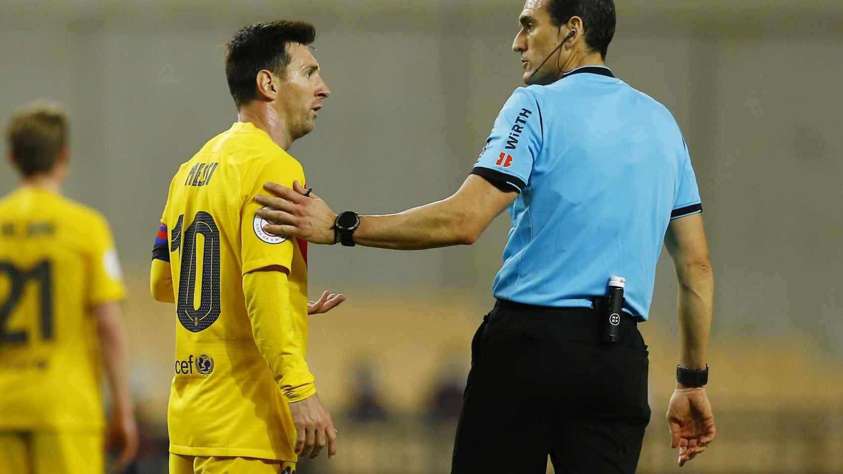 Messi hablando con el árbitro Martínez Munuera