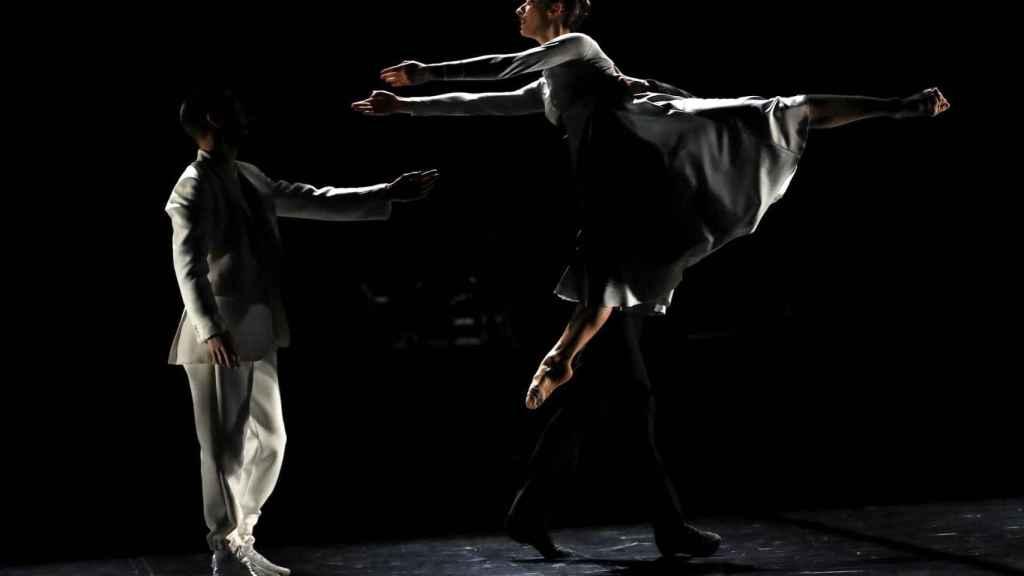 Un momento del pase gráfico de 'El lago de los cisnes' del Ballet Preljocaj.
