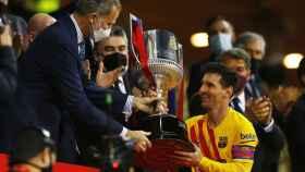 Messi recibe la Copa del Rey de manos de Felipe VI