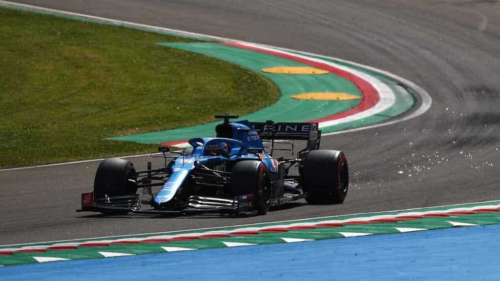 Fernando Alonso rueda con su Alpine en Imola