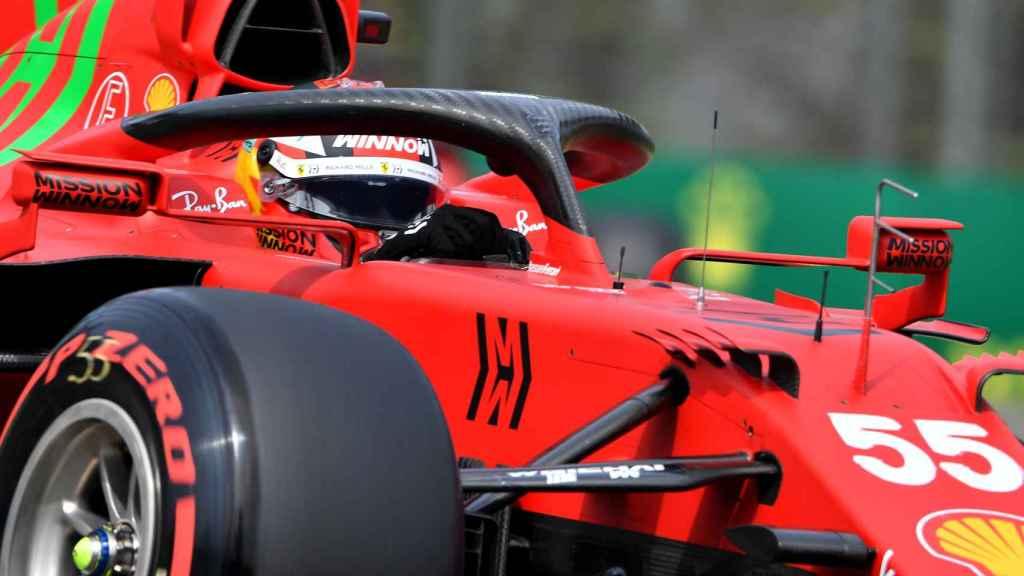 Carlos Sainz y su SF21 en el circuito de Imola