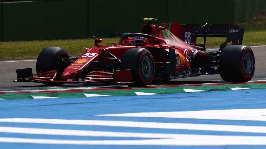 Carlos Sainz en Imola con el Ferrari