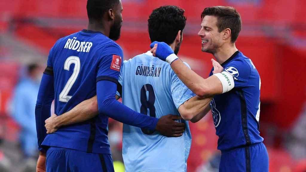 Azpilicueta y Rudiger (Chelsea) hablan con Gündogan (Manchester City)