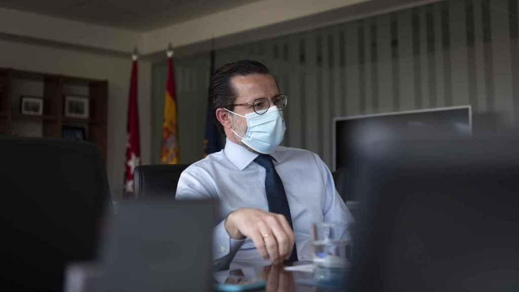 Javier Fernández-Lasquetty, durante la entrevista con EL ESPAÑOL, en su despacho de la plaza de Chamberí.
