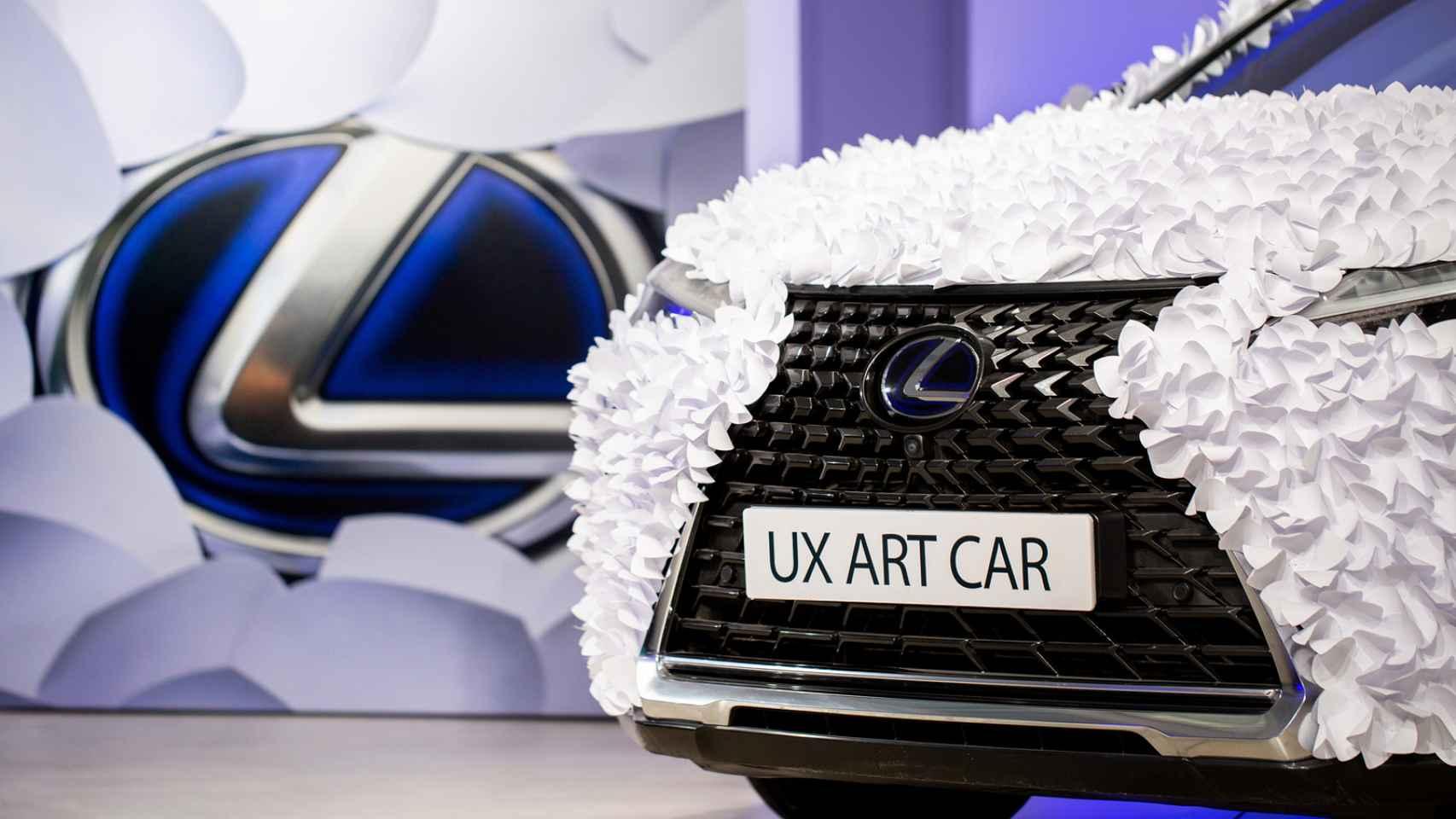 ¿Qué hace este Lexus cubierto con 20.000 hojas de papel? Un coche de lo más original
