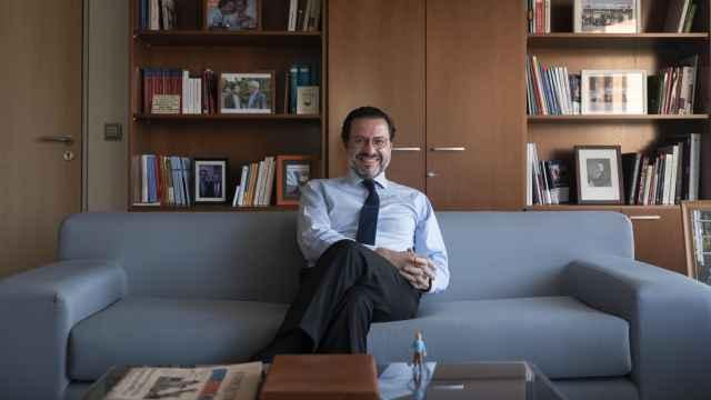 Javier Fernández-Lasquetty, entre libros de Hayek, fotos con Aznar y Vasgas Llosa y una figura de Tintín, en su despacho.