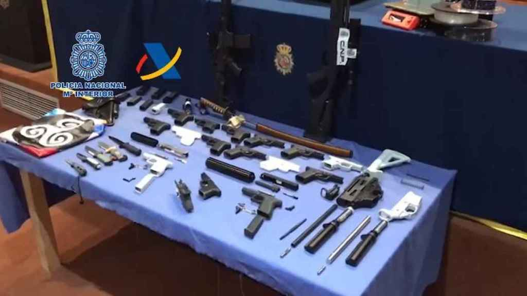 Parte del alijo armamentístico confiscado por la Policía.