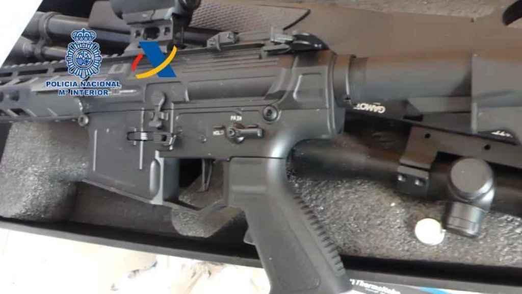 Una réplica del fusil de asalto.