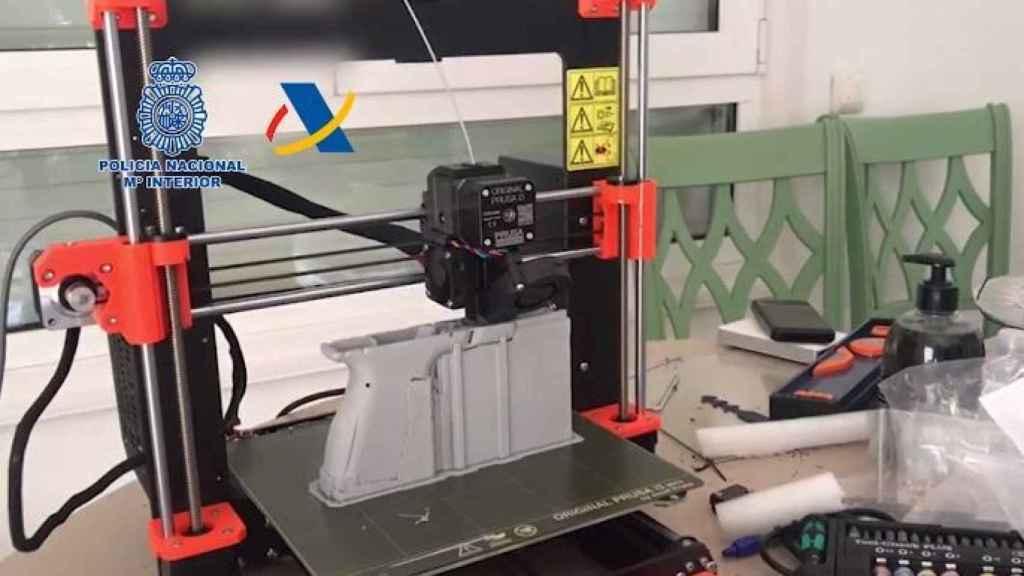 Una impresora 3D fabricando una pistola.
