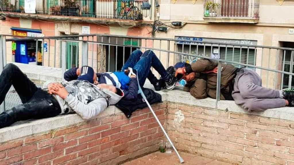 Un grupo de menas en Barcelona.