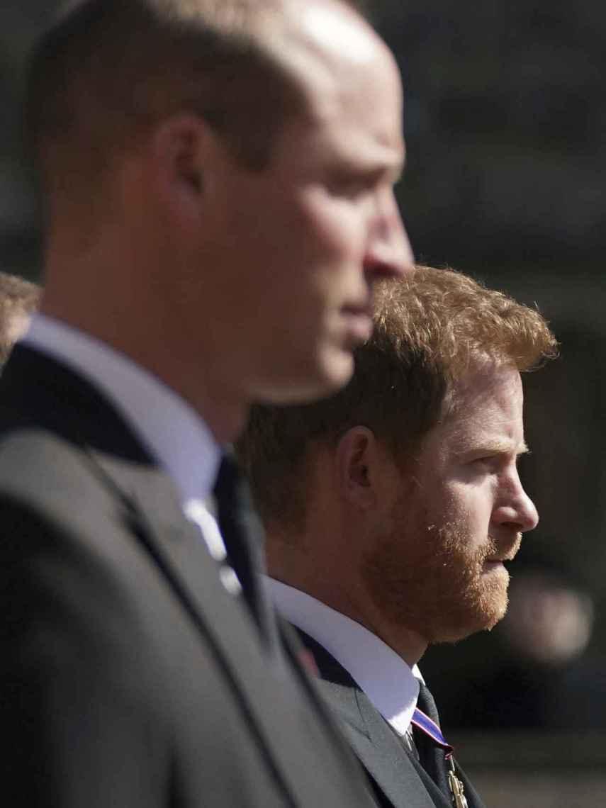 Los príncipes Guillermo y Harry tras el coche fúnebre de su abuelo, el duque de Edimburgo, en el funeral en Windsor.