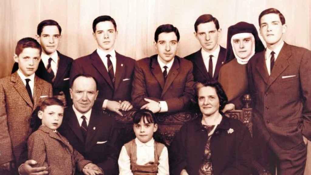 El matrimonio Gabilondo-Pujol y sus nueve hijos: en el centro, Iñaki; a la derecha, Ángel.